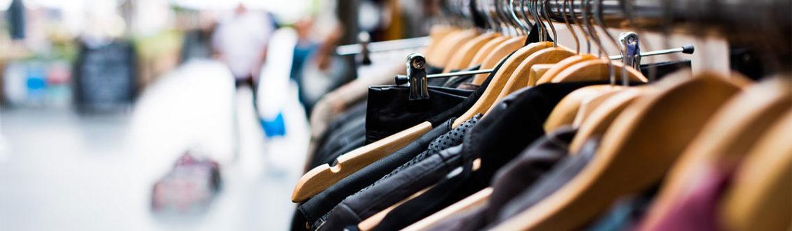Kleidung in der Auslage im Geschäft