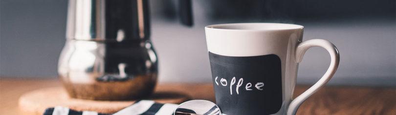 Tasse Kaffee und ein Thermoskanne