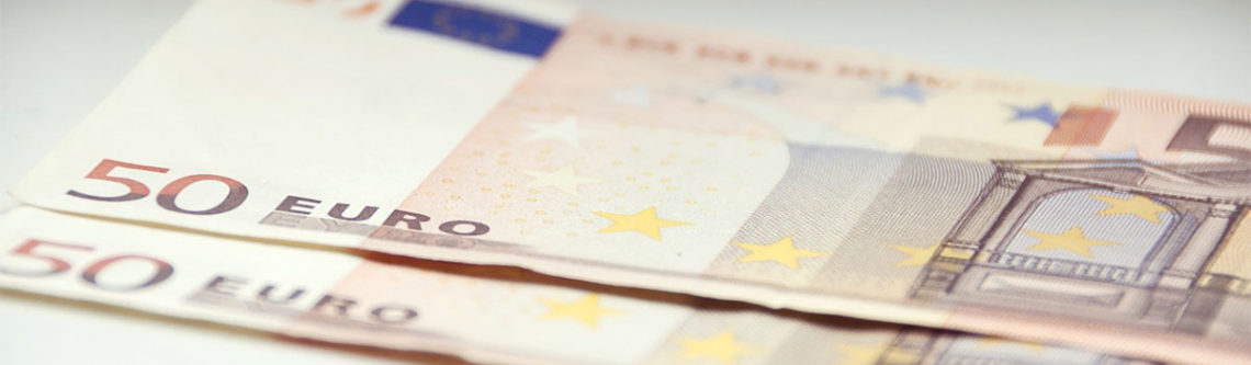 Zwei 50 Euro-Scheine auf dem Tisch